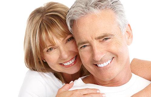 Altes Paar lächelnd
